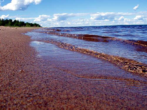 Oulujärven aallot kahahtavat Ärjän rantahiekkaan