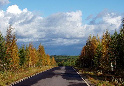 Vuoreslahden tie laskeutuu Lautavaaralta Koutaniemen suuntaan.