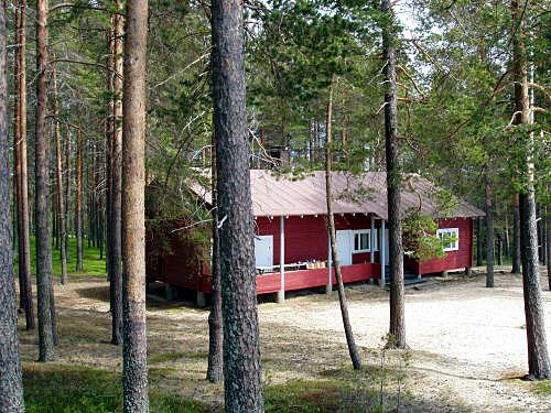 Leirimaja on vanha metsätyömiesten maja. Siinä pidettiin aikaisemmin lasten kesäleirejä, mutta viime vuosina talossa on ollut hiljaista.