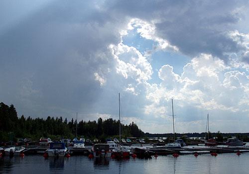 Ukkonen työntyy Koutalahden venesataman ylle.