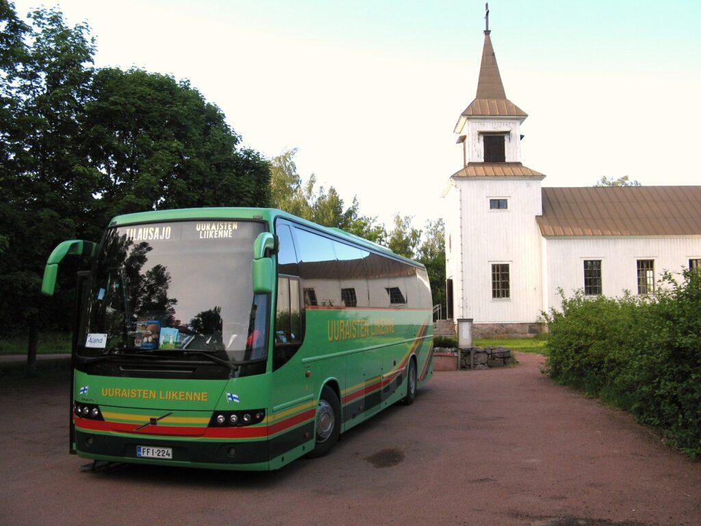 Uuraisten Liikenteen bussi Brändön kirkon pihassa.