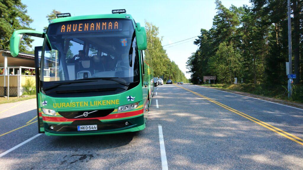 Uuraisten Liikenteen bussi matkalla Ahvenanmaalle.
