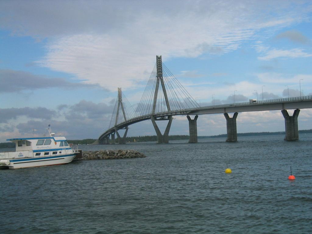 Raippaluodon silta Vaasan edustalla.
